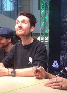 What a face, his nose and eyes and he just looks so attentive 실제로 보면 저런 느낌일까 Dan Campbell, Kyle Simmons, Laura Palmer, Dan Smith, Substitute Teacher, Boyfriend Goals, Band Aid, Indie Music, Bastille