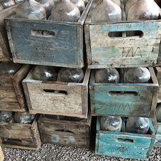 Härliga vintage flasklådor har blivit levererade idag. De kommer på loppisen den 21/5 kl 10-13 i Avesta, Dalarna. Då @c.i.a_cederbergs_interiors har vårens stora lagerrensning. Välkomna!