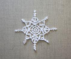Flocon de neige au crochet - création originale - décoration de Noël - dentelle blanche au crochet - suspension, applique, napperon, couture, coiffure, : Accessoires de maison par tara-bleiz