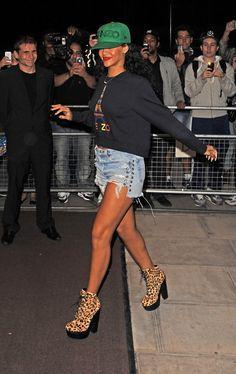 Nos encanta el ambiente urbano fresco de Rihanna esmeralda 's Kenzo gorra de béisbol, los puntos de corte de mezclilla, y el leopardo Chloë Sevigny para Opening Ceremony botas.