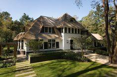 In een bosrijke omgeving is onlangs deze prachtige villa gebouwd. De plek is adembenemend mooi. De bestaande bomen zijn zoveel mogelijk gehandhaafd, waardoor het lijkt alsof de woning er al jaren staat. Bijzonder aan de kavel is dat er een hoogteverschil in zit. In het ontwerp van woning en tuin was dit een belanguitgangspunt.