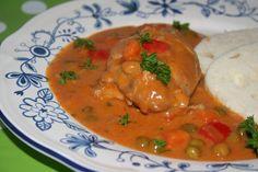 Všechnu zeleninu nakrájíme na kostky. Na oleji osmažíme nakrájenou cibulku s česnekem, až je cibulka sklovitá. Na cibulku nasypeme mletou... Thai Red Curry, Ethnic Recipes, Food, Red Peppers, Essen, Meals, Yemek, Eten