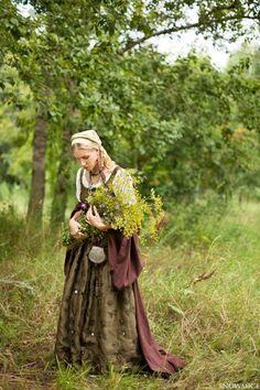 """Sie folgt dem Ruf alter Zeiten,  der leise aber drängend in ihr erwacht.  Nach vielen Leben hört Sie wieder,  das Flüstern der Frauen vor Ihrer Zeit.  Das Feuer von Jahrtausenden flackert auf,  um die Magie in ihr neu zu erwecken.  Jede Pflanze und jedes Lebewesen,  zeigt ihr die alten Wege wieder auf.  Sie geht ihn wieder,  den Weg der Schamanin.  © Erika Flickinger  (Aus """"Die Magie der erwachten Frau"""" bei Amazon und Kindle)"""
