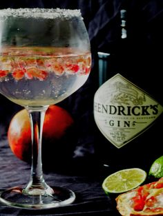 Gin tónico com romã e lima / Gin and tonic with pomegranate and lime