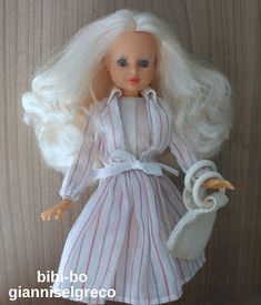 Η bibi-bo κυκλοφόρησε το 1981. Μέχρι το 1987 είναι άσπρη η κούκλα (η λεγόμενη Ά περίοδος της bibi-bo). Το 1987 κυκλοφορεί πιο μαυρισμένη(η αποκαλούμενη Β΄περίοδο της κούκλας) χωρίς όμως να αποσύρονται οι άσπρες οι οποίες συνεχίζουν να κυκλοφορούν αλλά χωρίς τα αξεσουάρ της Α΄περιόδου. Το 1989 μπαίνει πυρκαγιά στο ένα από τα δύο εργοστάσια και στην αποθήκη της el greco. Η βιομηχανία παιχνιδιών λόγω οικονομικών δυσκολιών πωλείται στην εταιρία παιχνιδιών Hasbro το 1990.Το 1991 παύει να…