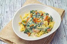 stuttgartcooking: Pasta mit einer Käse-Sauce, Spinat, Lachs und gerösteten Pinienkernen