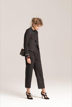 Guarda la sfilata di moda Emporio Armani a Milano e scopri la collezione di abiti e accessori per la stagione Pre-Collezioni Autunno-Inverno 2017-18.