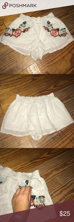 EMBROIDERED FLORAL URBAN OUTFITTERS SHORTS Gently used, fit on the smaller side! Urban Outfitters Shorts