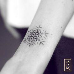 mixed snowflake and flower of life in dotwork. Tatouage flocon de neige et fleur de vie. By KALAWA Tattooer - Tattoo dotwork artist from Aix-en-provence (FRANCE)