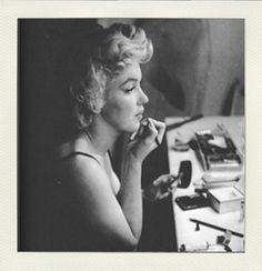 Marilyn Monroe en séance maquillage...  http://www.vintagemakeup.fr/produits-de-beaute/maquillage-mac-inspire-par-marilyn-monroe.html