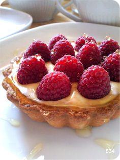Petite tartelette sucrée salée - framboise, miel et Kiri chèvre très doux ! Des saveurs uniques ! #kiri #recette #tarte #framboise #miel