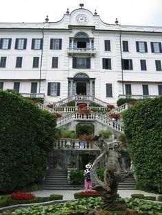 Villa Carlotta, a famous mansion and botanical gradens on Lake Como, Italy. http://www.annaandkristina.com/travelogue-bellagio-italy/