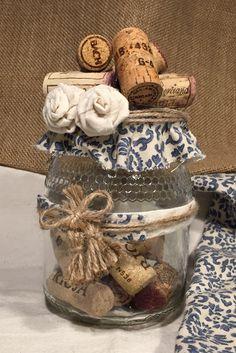 Botes de cristal reciclados. Materiales: corchos de botellas, tela estampada, cordón de fibra natural y pegamento caliente.