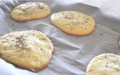 """In 15 Minuten fertig gebacken: Cloud Bread.  Dieses neue leichte, proteinreiche Brot ist komplett ohne Kohlenhydrate und glutenfrei. Das himmlische Rezept von dem traumhaften """"Wolken Brot"""" gibt es hier."""