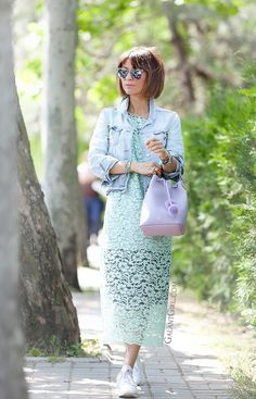 lace-dress-outfit-in-pastel-colors-lace-dress-outfit-in-pastel-colorsgrafea-lilac-bucket-bag-grafea-lilac-bucket-bag-komono-silver-mirrored-sunglasses-on-galant-girl-fashion-street-style-blogger-runet