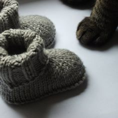 English translation for the free pattern for baby hausschuhe boots Knitted Baby Boots, Baby Booties Knitting Pattern, Animal Knitting Patterns, Knit Baby Booties, Knitted Baby Blankets, Knitting Socks, Knitting Stitches, Start Knitting, Shoes