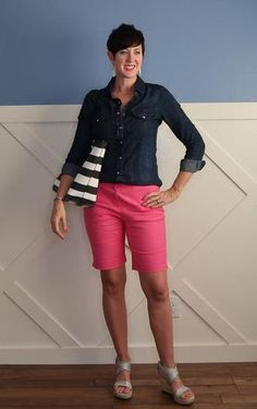 The best list of how to style bermuda shorts. These are long, modest shorts. - Modest Outfits for Summer - Shorts Bermuda Shorts Outfit, Modest Shorts, Summer Shorts Outfits, Shorts Outfits Women, Summer Outfits Women, Mode Outfits, Short Outfits, Long Shorts, Dressy Outfits