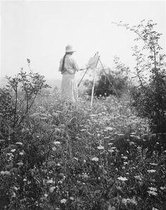 Photo by André Kertész.  Elizabeth peint une toile dans la nature, 1919.