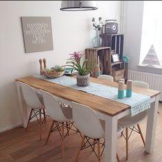 Comedor. Sillas Charles Eames DSW. Mesa de madera con patas blancas.