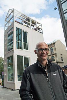 Finský architekt nabízí řešení zahuštěných měst. V domě, který zabírá pouze plochu jednoho parkovací místa, je podle něj možné pracovat i bydlet.