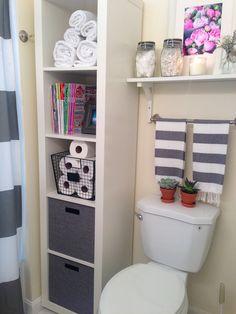 banheiro pequeno, organizado só com tons de cinza <3