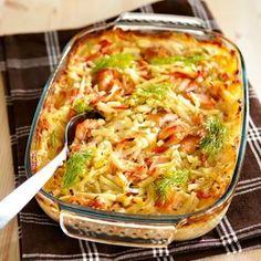 Levitä peruna- ja kasvissuikaleet voideltuun uunivuokaan. Leikkaa kala suupaloiksi ja sekoita suikaleiden joukkoon.Sekoita kerman joukkoon vesi ja mausteet. Fish Recipes, Seafood Recipes, Cooking Recipes, I Love Food, Good Food, Yummy Food, Tasty, Easy Healthy Recipes, Easy Meals