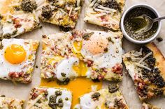 Amazing grilled flatbread topped with fresh pesto, cheese, crispy Pancetta and Pete and Gerry's Organic Eggs! This is a great appetizer or breakfast snack to munch on! Great Appetizers, Healthy Appetizers, Healthy Recipes, Pizza Appetizers, Healthy Food, Grilled Flatbread, Flatbread Pizza, Panchetta Recipes, Pesto