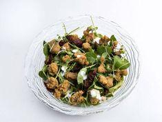 Ensalada de berros, mollejas de cordero, frutos secos y salsa de yogurt. Reserva online en EligeTuPlato.es