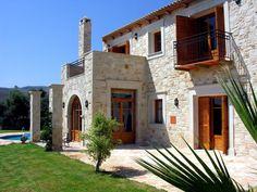 Apesar de usar materiais rústicos como pedra e madeira esta casa grega tem um visual espetacular e moderno.