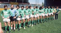 L'équipe de Saint-Etienne avant de disputer la finale contre le Bayern de Munich, lors de la Coupe d'Europe de football à Glasgow en mars 1976. (AFP Photo)