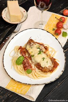 Pui cu parmezan si mozzarela - Pui Parmigiana | Diva in bucatarie Fajitas, Mozzarella, Spaghetti, Food And Drink, Meat, Ethnic Recipes, Noodle