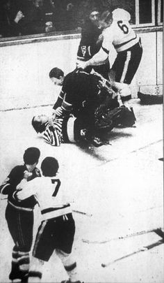 Remembering The Night A Ref Punched A Player And A Goalie Choked The Ref. only in hockey Hockey Coach, Hockey Goalie, Hockey Players, Blackhawks Hockey, Goalie Pads, Chicago Blackhawks, Hockey Memes, Sports Memes, Nfl Highlights