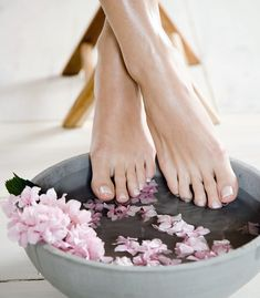 if you're ever gonna have a pedicure. good tips for softening your feet before a self-pedicure from Martha Pedicure Tips, Manicure And Pedicure, Pedicure Station, Mani Pedi, Diy Beauty, Beauty Hacks, Beauty Tips, Mascara Hacks, Nail Fungus