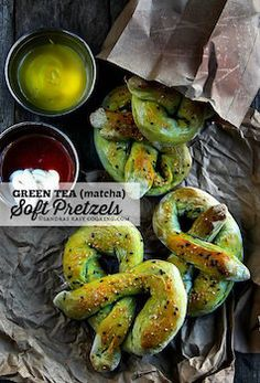 These amazingly tasty Green Tea Soft Pretzels made with fine matcha powder are perfect treat any time of the day. Easy Cooking, Cooking Recipes, Green Tea Recipes, Green Desserts, Pretzels Recipe, Easy Eat, Tea Cookies, Green Tea Powder, Soft Pretzels