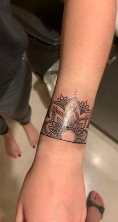 Henna Arm Tattoo, Mandala Wrist Tattoo, Wrist Band Tattoo, Wrist Bracelet Tattoo, Cool Wrist Tattoos, Ankle Tattoos For Women, Henna Tattoo Designs, Sleeve Tattoos For Women, Body Art Tattoos