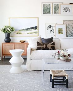 Beautiful modern living room with white sofa and pretty pillows - living room ideas - living room decor - white living room Modern White Living Room, Beautiful Living Rooms, Small Living Rooms, Living Room Designs, Living Room Seating, Living Room Sofa, Living Room Decor, Living Room Flooring, Home Decor Styles
