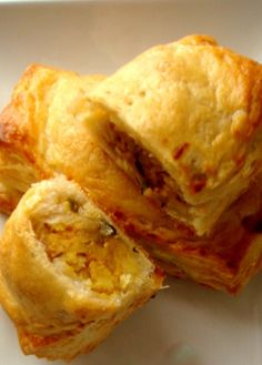 Aloo Puffs (like samosa but with puff pastry and no frying) Indian Snacks, Indian Food Recipes, Indian Appetizers, Indian Foods, African Recipes, Potato Puffs, Potato Cakes, Puff Pastry Dough, Chaat Masala