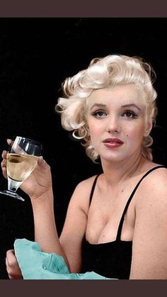 Sublime Marilyn- Well, yes! Of course I drink my apple juice in a wine glass Hollywood Icons, Hollywood Glamour, Hollywood Actresses, Classic Hollywood, Old Hollywood, Marilyn Monroe Stil, Fotos Marilyn Monroe, Marilyn Monroe Portrait, Robert Mapplethorpe