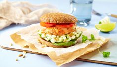Fiskeburger til middag i dag? Da bør du prøve denne burgeren av ørret, med en frisk dressing av cottage cheese, pinjekjerner og avokado til.