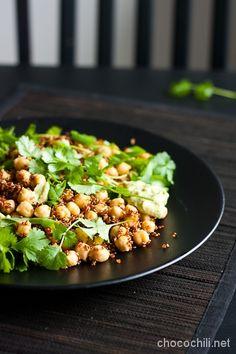 Olen syönyt tätä salaattia harva se päivä viime aikoina. Nam! Avokadosta ja cashepähkinöistä syntyy aika ihanaa majoneesia. Jos haluat siitä miedomman makuista, voit käyttä oliiviöljyn tilalla rypsiöljyä ja limenkin voi vaihtaa sitruunaan. Jos majoneesia jää salaatista yli, loppu toimii loistavasti voileipien välissä tai dippinä. Lämmin quinoa-kikhernesalaatti ja avokado-cashewmajoneesi kahdelle pääruuaksi 1,25 dl punaista quinoaa 1…  Lue lisää