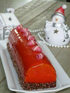 Buche de noël à la mousse de framboise et insert mangue. Christmas Cooking, Christmas Desserts, Fancy Desserts, Small Cake, Food Humor, Coco, Bakery, Food And Drink, Mousse