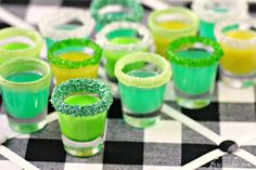A video tutorial for easy candy vodka shots recipe. These DIY candy vodka flavors are infused with different sour, chocolate, and fruity candy. Party Drinks, Cocktail Drinks, Fun Drinks, Yummy Drinks, Alcoholic Drinks, Yummy Food, Green Cocktails, Drinks Alcohol, Cocktail Parties