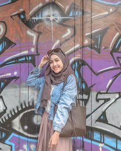 Siap jalan nih pake totebag dari @dresstokillvintagebag @dresstokillvintagebag 😍,Simple dan cocok banget nih dipake daily❤️ • • • #hijabers… Ootd Hijab, Casual Style Hijab, Casual Hijab Outfit, Hijab Chic, Hijab Dress, Style Hijab Simple, Street Hijab Fashion, Muslim Fashion, Denim Fashion