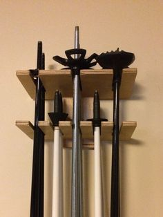 Storing ski equipment is always difficult. The Totti Ski Pole Organizer provides a new and unique solution to the problem of storing ski poles. Chalet Ski, Chalet Style, Garage Shed, Garage Workshop, Garage Organization, Garage Storage, Garage Atelier, Bike Hanger, Bra Storage
