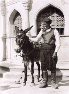 Κρητικός στο Βαλιδέ τζαμί- Ηράκλειο -Η Έλλη Σουγιουλτζόγλου-Σεραϊδάρη (23 Νοεμβρίου 1899 – 17 Αυγούστου 1998) γνωστή ως Nelly's από την αγγλική υπογραφή της υπήρξε θεματολογικά πρωτοπόρος φωτογράφος με διεθνή αναγνώριση. Ορισμένες από τις γνωστότερες φωτογραφίες της Nelly's έχουν σαν θέμα τους την Κρήτη και τους Κρητικούς. Ένα σύντομο χρονικό για τις συνθήκες κάτω από τις οποίες τα στιγμιότυπα αποτυπώθηκαν, στα δύο ταξίδια της καλλιτέχνιδας στο νησί, το 1927 και το 1939, εξιστορεί η ίδια…