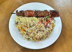 Churrasquinho misto com arroz de calabresa e farofa.