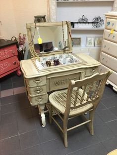 Ideen Make-up Vanity Redo Sewing Tables für das Jahr 2019 - JudeBuxom. Refurbished Furniture, Repurposed Furniture, Furniture Makeover, Painted Furniture, Sewing Machine Tables, Antique Sewing Machines, Sewing Tables, Furniture Projects, Furniture Making