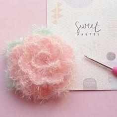 Fleur en laine creative bubble Cactus En Crochet, Crochet Diy, Crochet Home, Crochet Flowers, Crochet Bear Patterns, Crochet Designs, Creative Bubble, Patron Crochet, Knit Headband Pattern