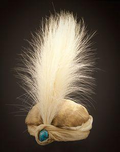 Turban, Paul Poiret, Frankreich, 1911, Taft aus Seiden- und Metallfäden, Seidentaft, TürkisCabochon und Aigrette aus Reiherfedern; Foto: © 2010 Museum Associates/LACMA,