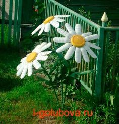 Daisies made with recycled plastic bottles Water Bottle Flowers, Water Bottle Crafts, Plastic Bottle Crafts, Recycle Plastic Bottles, Water Bottles, Plastic Pots, Aluminum Can Crafts, Tin Can Crafts, Recycled Garden